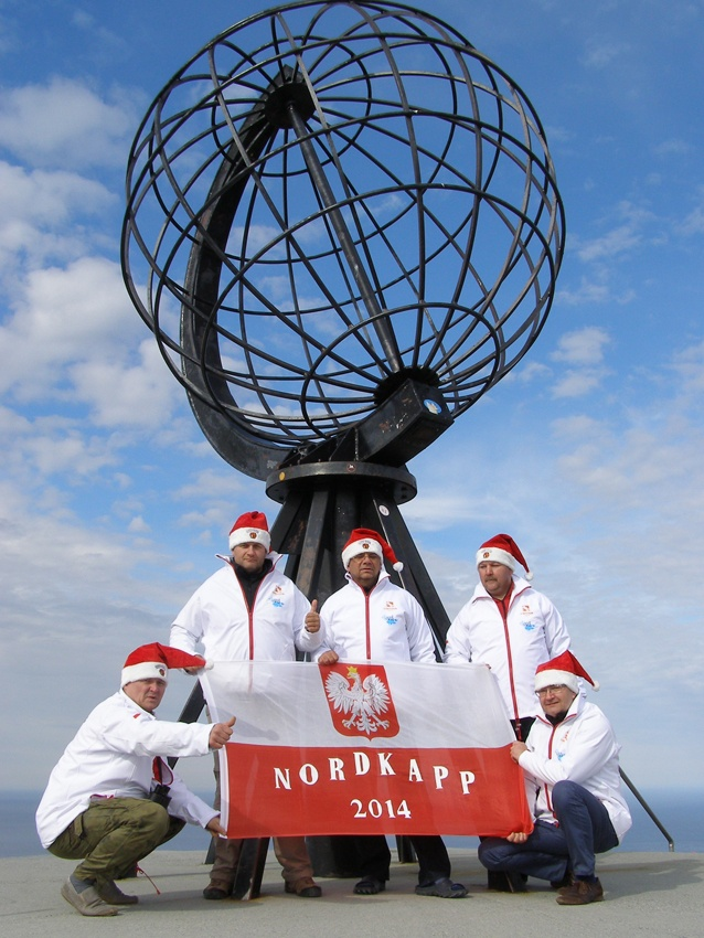 Figura globusa znacząca arktyczne koło podbiegunowe na wyspie Vikingen w Norwegii